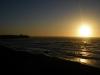 De zon streelt over de binnenlopende lijnen van het surfdorp Pichilemu